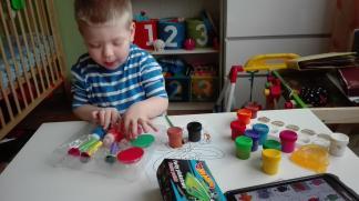 Adaś uwielbia bawić się farbami, dodatkową frajdę sprawia mu ciekawe opakowanie