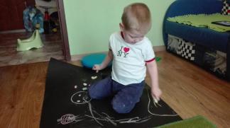 Malowanie kredą. Każda motywacja do używania rąk jest dobra