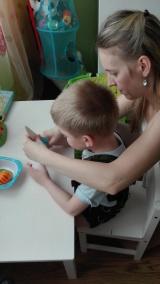 Terapia ręki. Adaś robi sałatkę dla mamy. Uczymy się prawidłowo kroić warzywa i owoce.