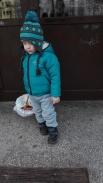 Adaś sam chciał nieść koszyk, który w cale nie był lekki