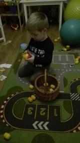 Adaś zbiera swoje ulubione kinder niespodzianki do koszyczka ćwicząc przy tym swoją spostrzegawczość oraz koordynację.