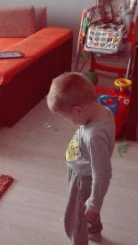 Kontakt wzrokowy najlepiej ćwiczy się poprzez obserwowanie baniek mydlanych a ile przy tym zabawy :)