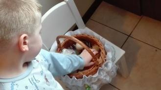 Adaś osobiście sprawdził zawartość koszyczka, najbardziej interesowały go... Cukierki :)