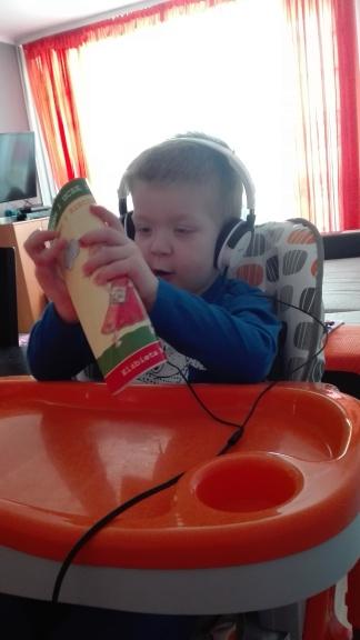 Książeczek można również słuchać bez słuchawek, często tak robimy jak widzę że Adaś jest w nie najlepszej formie