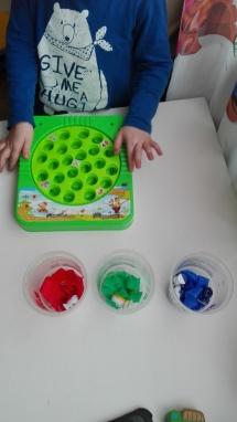 Powtarzalismy kolory. Do kubeczków włożyłam kolorową bibułkę, Adaś miał wrzucać rybki odpowiedniego koloru do kubeczka