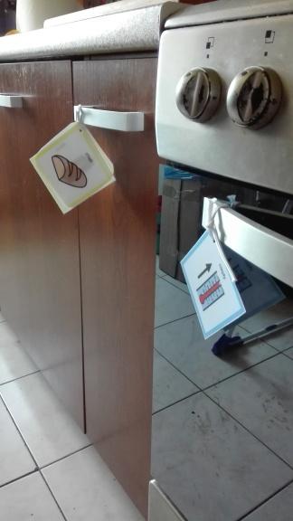 """Chlebek oraz ostrzeżenie na kuchence """"uwaga ciepłe"""""""