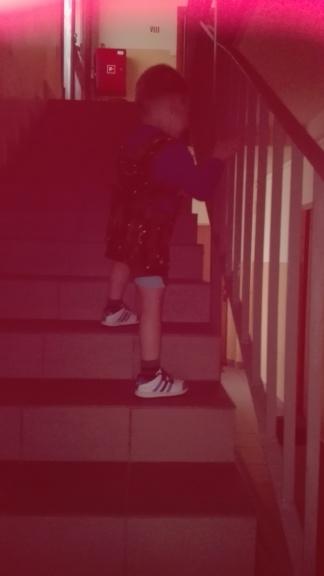 Nie mieliśmy zbytnio warunków aby dobrze udokumentować ćwiczenia na schodach. Ważne aby zwrócić uwagę na prawidłowe ustawienie stóp. Pamiętajcie równiż o tym, aby nie przesadzić. Takie wchodzenie to bardzo wyczerpujące ćwiczenie.