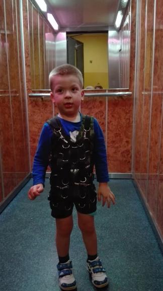 Adasiowi bardzo spodobało się to zadanie. Uwielbia jeździć windą. Ponadto taka zmiana otoczenia, akustyki równiez dobrze wpływa na integrację sensoryczną...