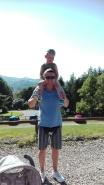 Wszędzie stromo i kamyczki, Adaś korzysta z okazji a tata niestety nosi ciężarek...