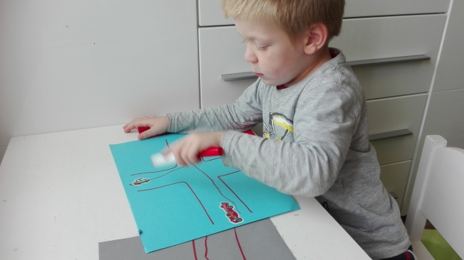 Nauka krzyżyka, Adaś jest na etapie malowania kółka, ponoć dzieci, które mają problemy z mową, nie potrafią malować krzyżyka
