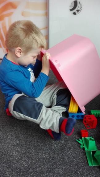 Chwila odpoczynku, Adaś na zajęciach AAC uczy się wspólnej zabawy, w tym przypadku budujemy z klocków domek