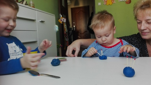 budowanie-jezykow-za-pomoca-plasteliny-oraz-zapalek
