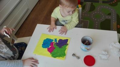 Następnie wkładamy kartke do koszulki na dokumenty :) i znajdującą tam farbę rozcieramy paluszkami, świtna terapia ręki