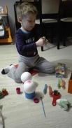 Przygotowania do Świąt, malowanie świątecznych bombek