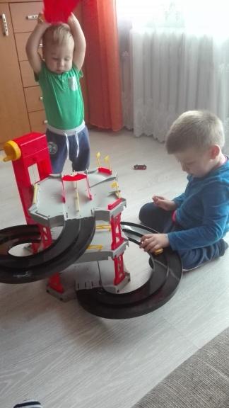 zabawa-torem-samochodowym