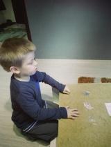 Kupiliśmy chłopcom dodatkowy regał na zabawki. Adaś uczestniczył od samego początku do końca w jego złożeniu :-)