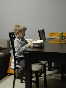 Ostatnio Adaś całkowicie mnie zaskoczył. Uparł się że sam rozłoży talerze do posiłku :-)