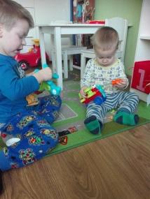 Chłopcy uwielbiają rozkręcać swoje samoloty, złożenie ich sprawia im dużo większe trudności :-)