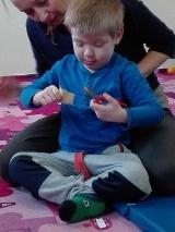 Zajęcia SI integracja sensoryczna- ćwiczenie poprawiające sprawność rąk, jak również koordynację.
