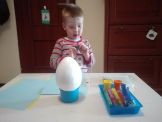 Malowanie różnych rzeczy ze styropianu staje sie już naszą tradycją. Uznaje to za fajną zabawę, Adaś uwielbia tego typu aktywności, a przy okazji możemy z pomocą tego wielkiego jaja zapamiętać jakie święta będziemy obchodzić :)