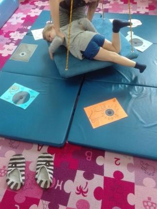 z racji przetrwałych odruchów Adasia ciężko ułozyć podczas ćwiczeń