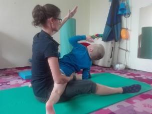 Zajęcia fizjoterapeutyczne, nie jest łatwo ale jak widać Adaś daje radę