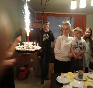 """Sto lat :) W tym roku udało nam się znaleźć piekarnię, która upiekła dla Adasia przepyszny tort bezglutenowy, na bazie kaszy gryczanej. Bardzo pyszny i zdrowy !!! Polecamy Piekarnię """" Na Wygorzelu"""" przy ul. Długiej w Tychach"""