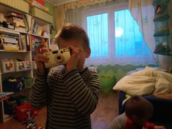 Nowość!!! Adaś zaintersował się aparatem, sam wkłada do niego kliszę i robi zdjęcia. Jedyny problem to lampa błyskowa. Dodatkowa rzecz, która akurat od razu zwróciła moją uwagę, to przystawianie aparatu do prawego oka. To wskazuje, że Adaś jest prawooczny, natomiast wiemy juz że jest leworęczny. Co potwierdza u Adasia skrzyżowaną lateralizację