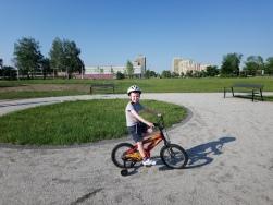 Coraz lepiej radzi sobie z jazdą na rowerze. mamy problemy z hamowaniem :)