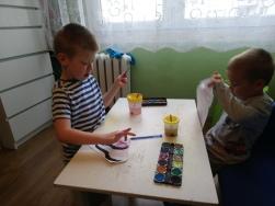 Szymon pomaga Adasiowi w zadaniach domowych. Tu akurat poznaja i malują instrumenty muzyczne.